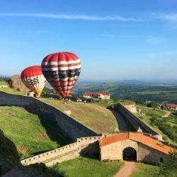 Млади патриоти снимат България с балони (Видео)
