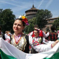 800 българи играха хоро пред Дуомо и Замъка на сфорците в Милано (Галерия)