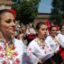 800 българи играха хоро пред Дуомо и Замъка на сфорците в Милано (Галерия 2)