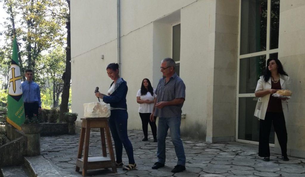 Деца бяха посветени в каменоделския занаят с чук и длето