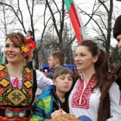 """""""Пробуждане с хоро"""" събра в едно позитивната енергия на българите"""