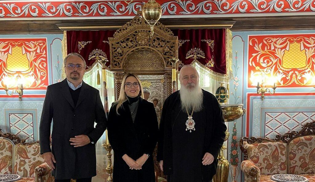 Цвета Кирилова и Георги Тутанов получиха благословията на епископ Сионий, игумен на Бачковския манастир