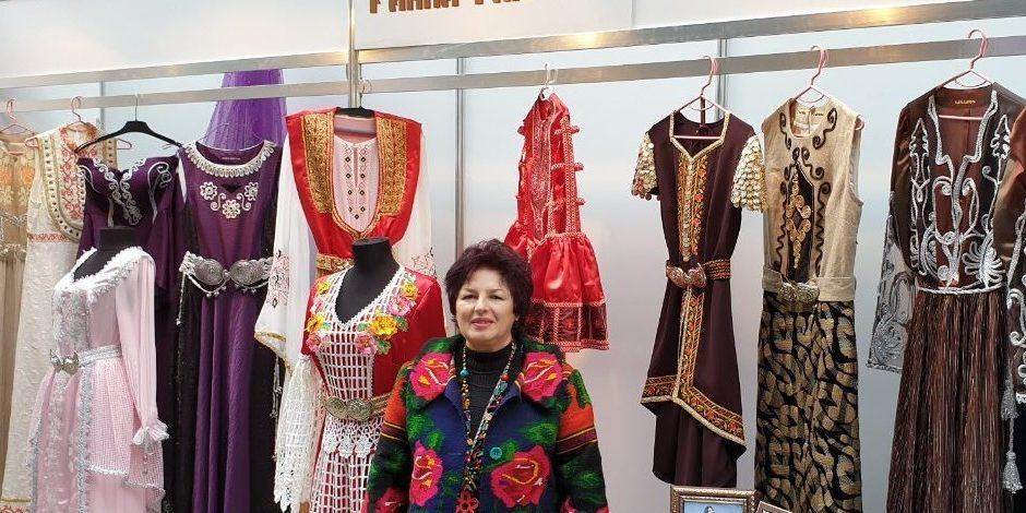 """Райна Ганчева пред колекцията си облекла на """"Салона за абитуриенти""""."""